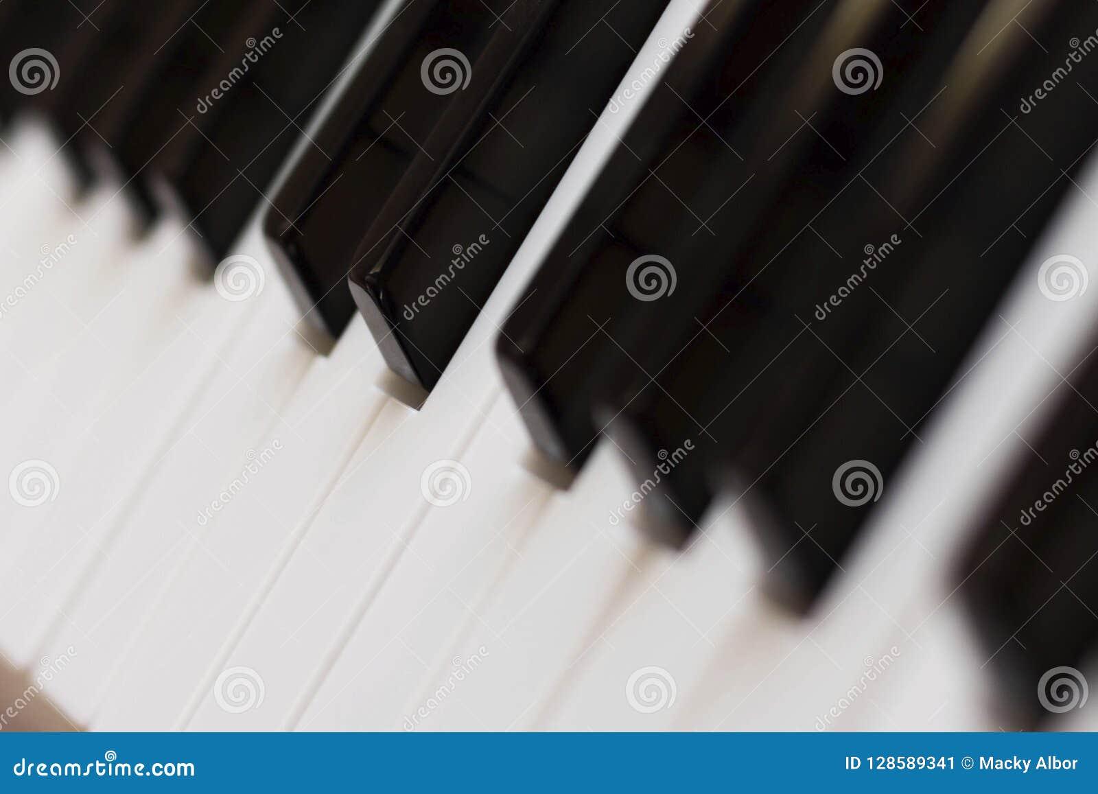 Het pianotoetsenbord sluit schuine standpositie