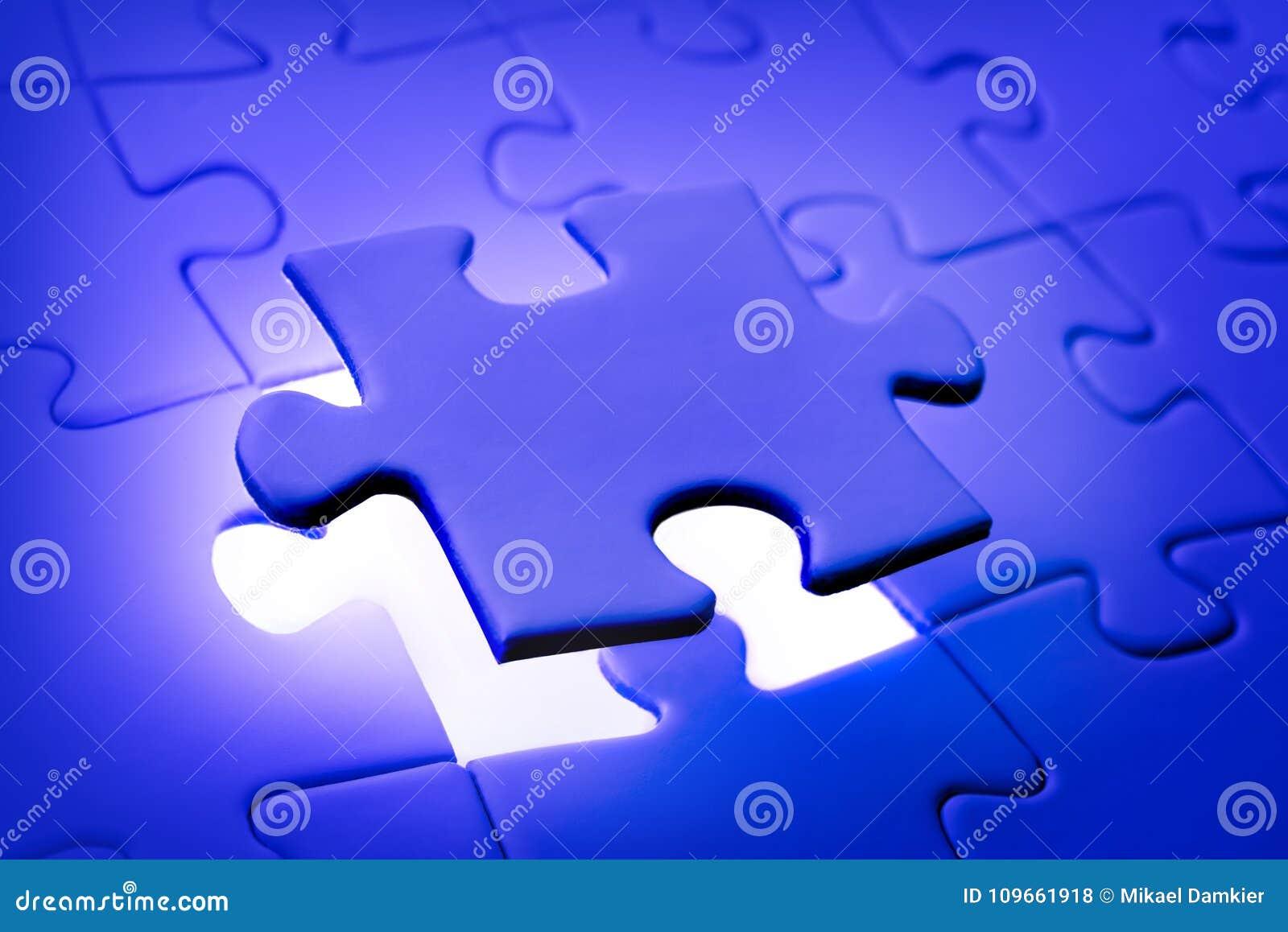 Het plaatsen van laatste stuk van puzzel