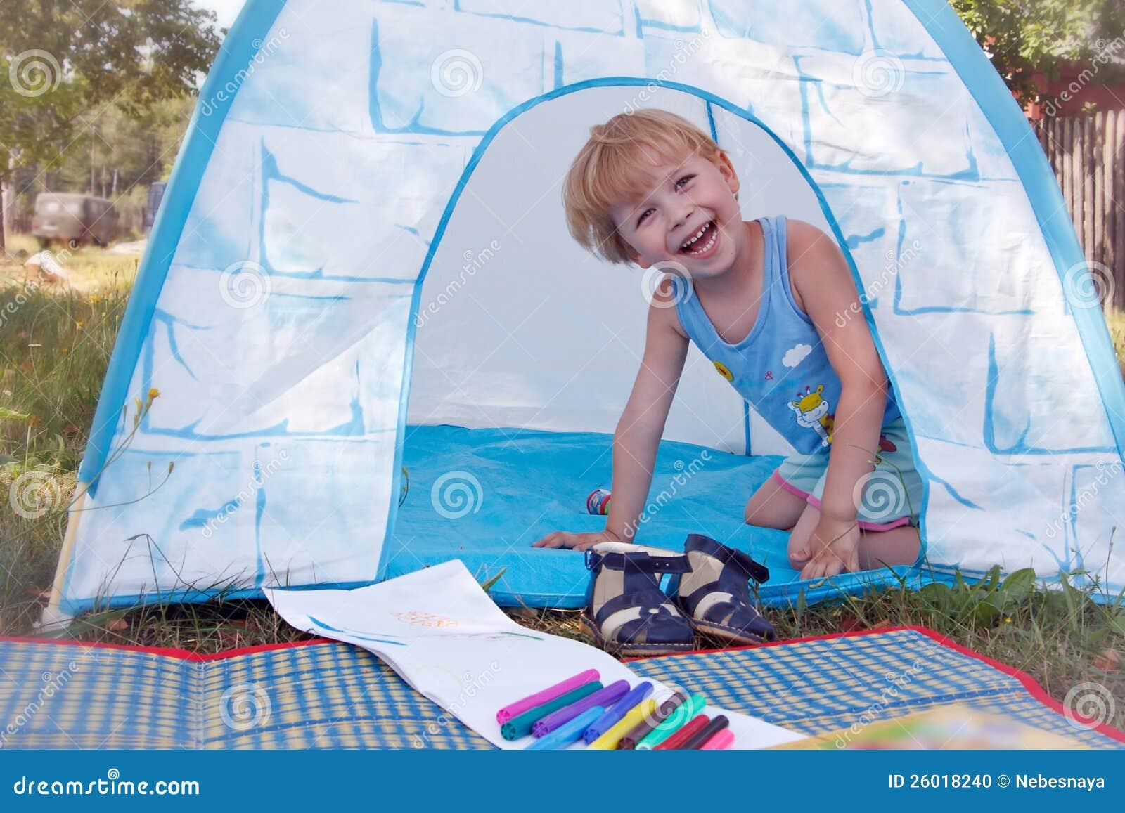 Het Plaing Van Het Kind In Stuk Speelgoed Tent Stock Foto