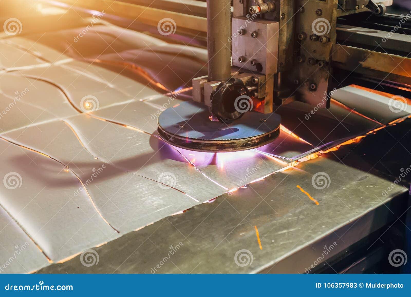 Het plasma sneed machine scherpe staalplaat met vonken Sluit omhoog mening