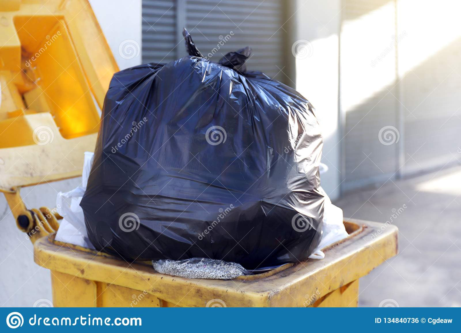 Het plastic zwarte huisvuil van de afvalzak op bak, Stortplaats, Plastic afval, Stapel van Fles van het Huisvuil de Plastic Afval
