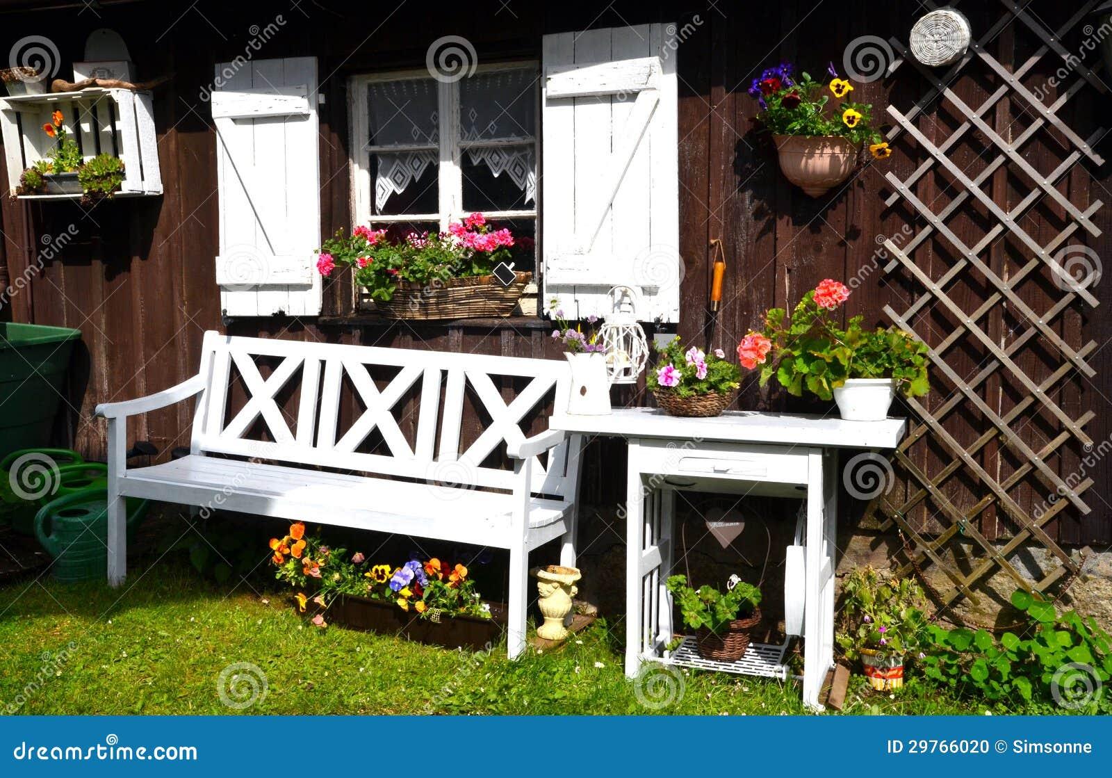 Het Plattelandshuisje van de tuin in de zomer