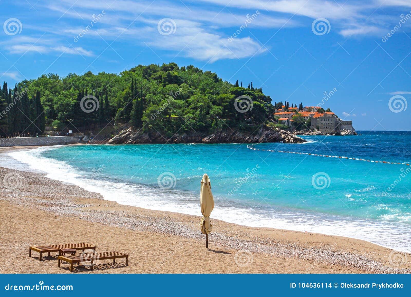 Download Het Plein Van Milocer Van Het Milocerstrand, Sveti Stefan, Montenegro Stock Foto - Afbeelding bestaande uit stoel, landschap: 104636114