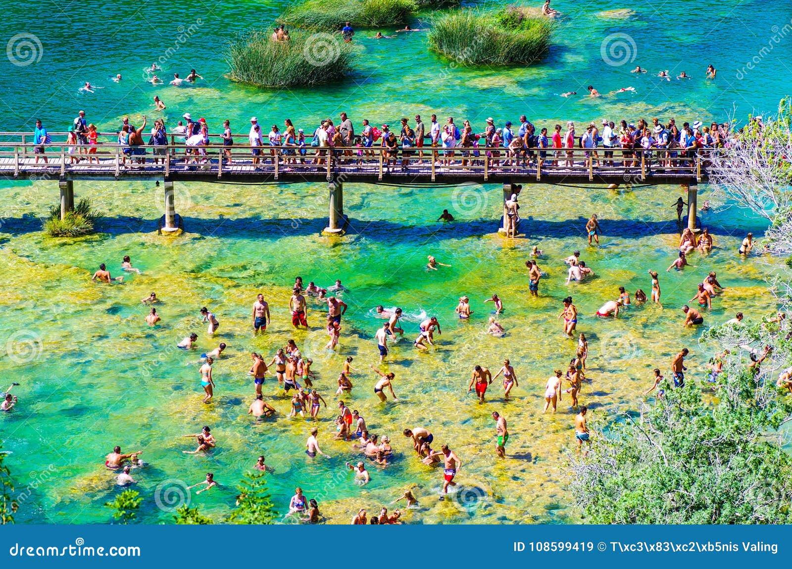 Het populaire Nationale park van Krka tijdens bezige de zomervakantie in Kroatië 25 08 2016