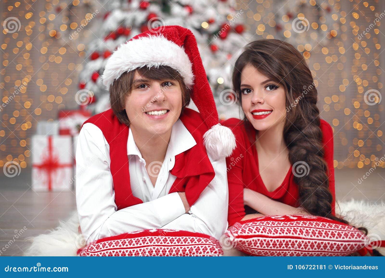 Het portret die van het Kerstmispaar pret hebben die Nieuw jaar vieren bij hom