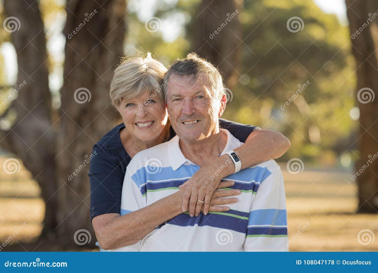 Het portret van Amerikaans hoger mooi en gelukkig rijp paar rond 70 jaar het oude tonen houdt van en affectie samen glimlachend i