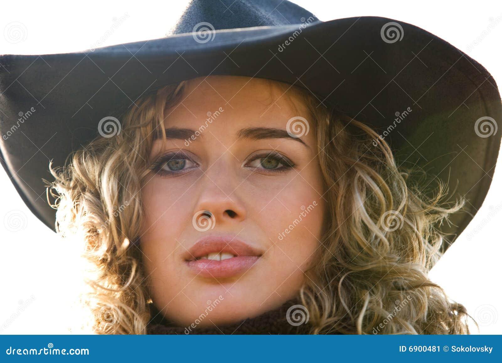 Het portret van de close-up van jonge blonde vrouw in een hoed
