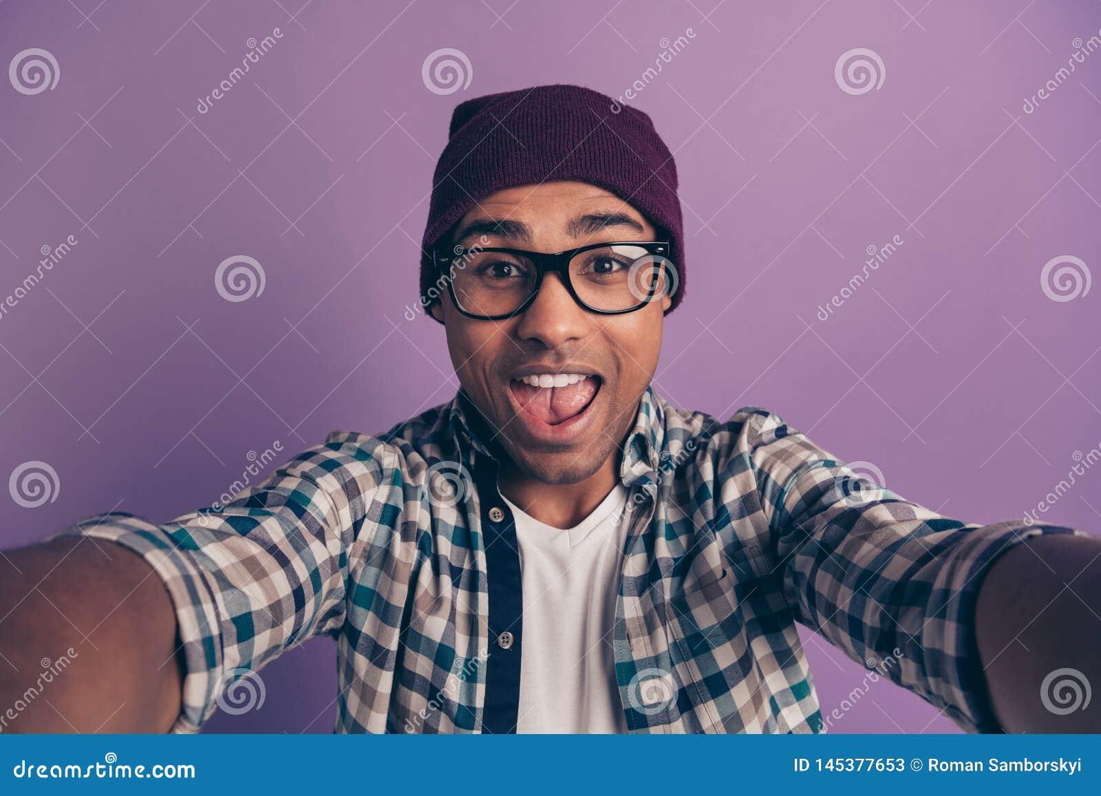 Het portret van de close-upfoto van vrolijk onbezorgd gek studenten millennial makend nemend beeld isoleerde violette achtergrond