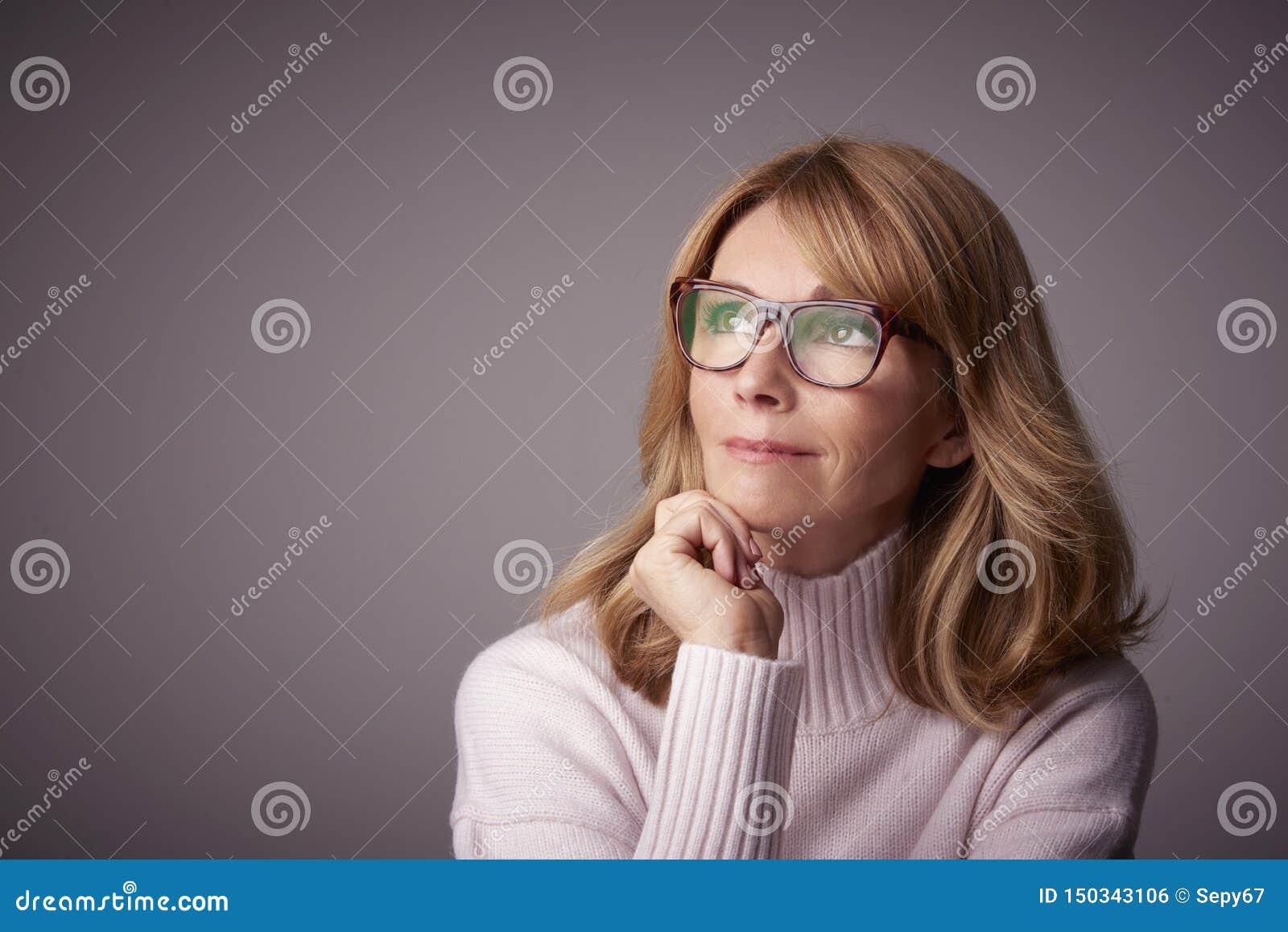 Het portret van de close-upstudio van aantrekkelijke midden oude vrouw