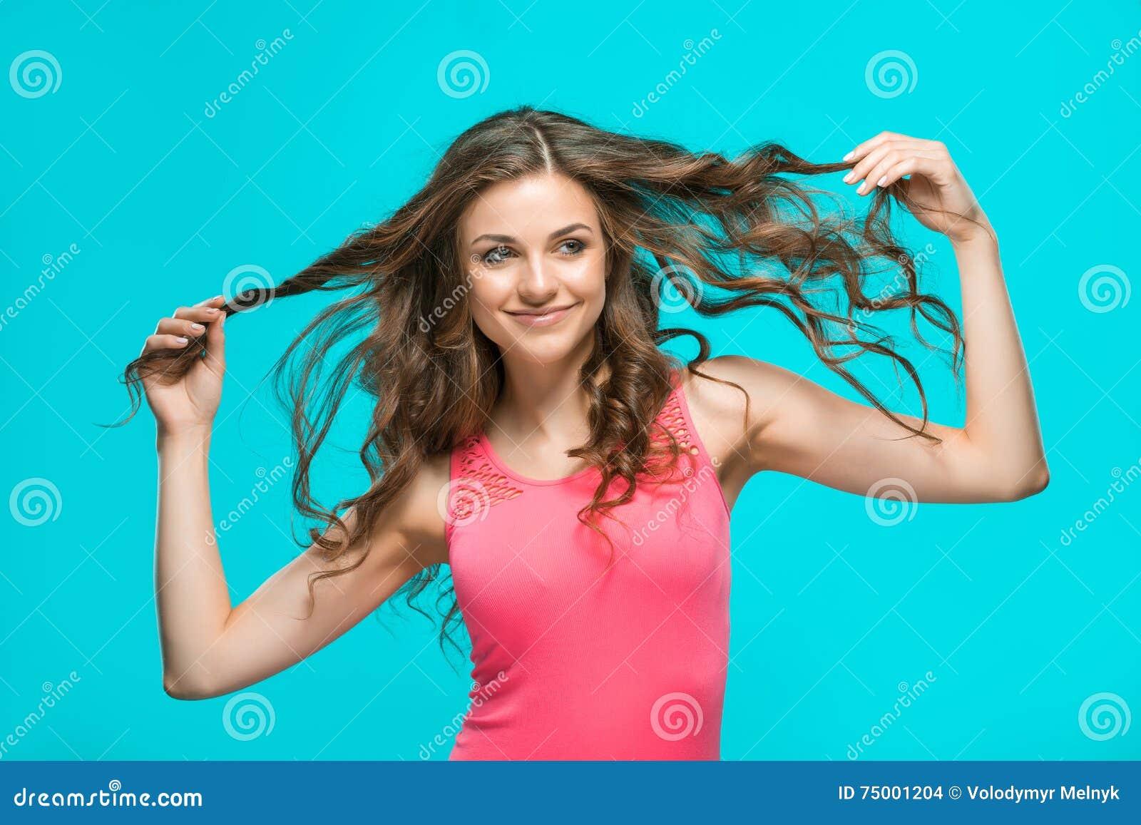 Het portret van de jonge vrouw met gelukkige emoties
