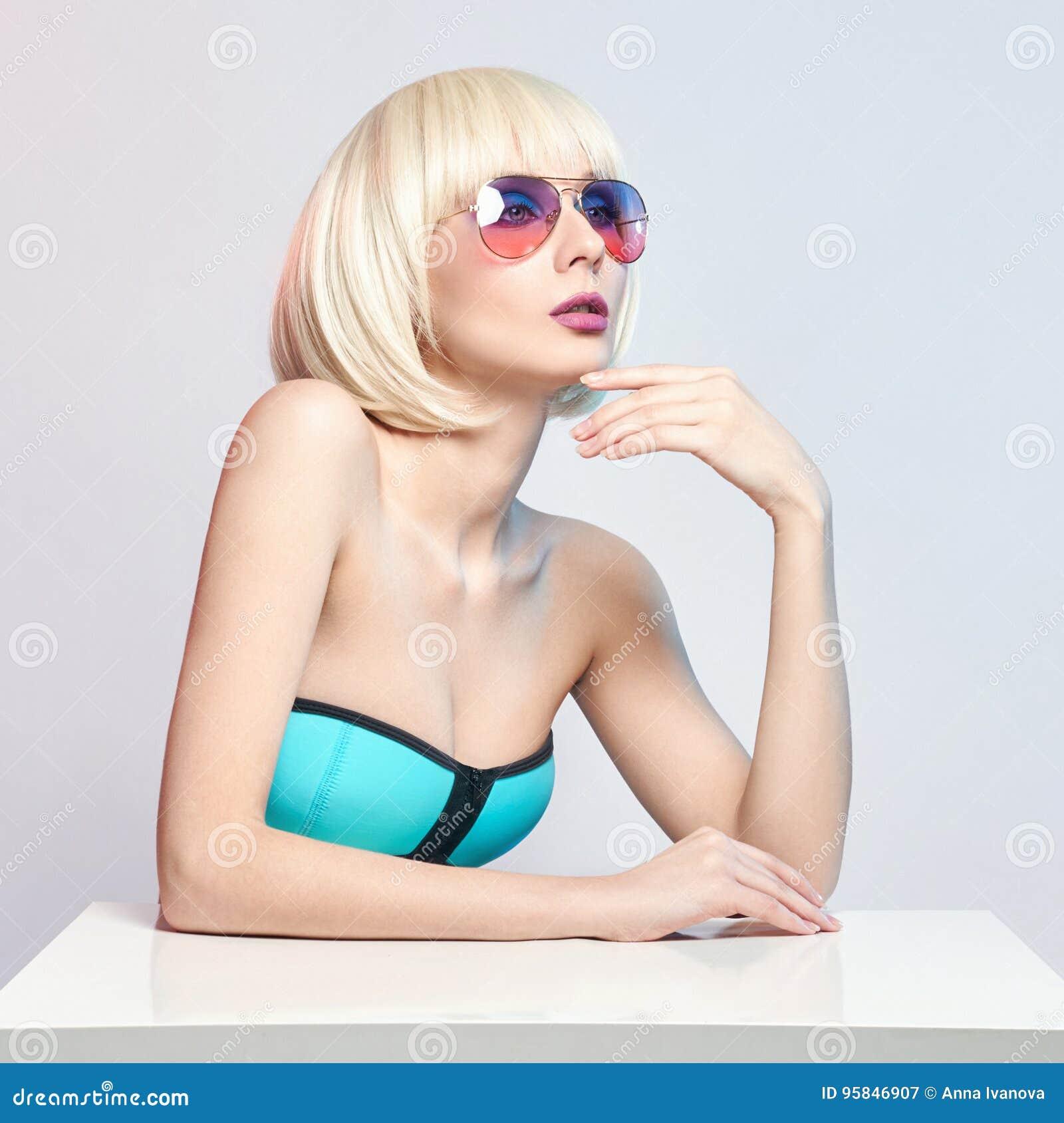 Het portret van de manierkunst van een vrouw in een zwempak met heldere het tegenover elkaar stellen make-up Creatieve schoonheid