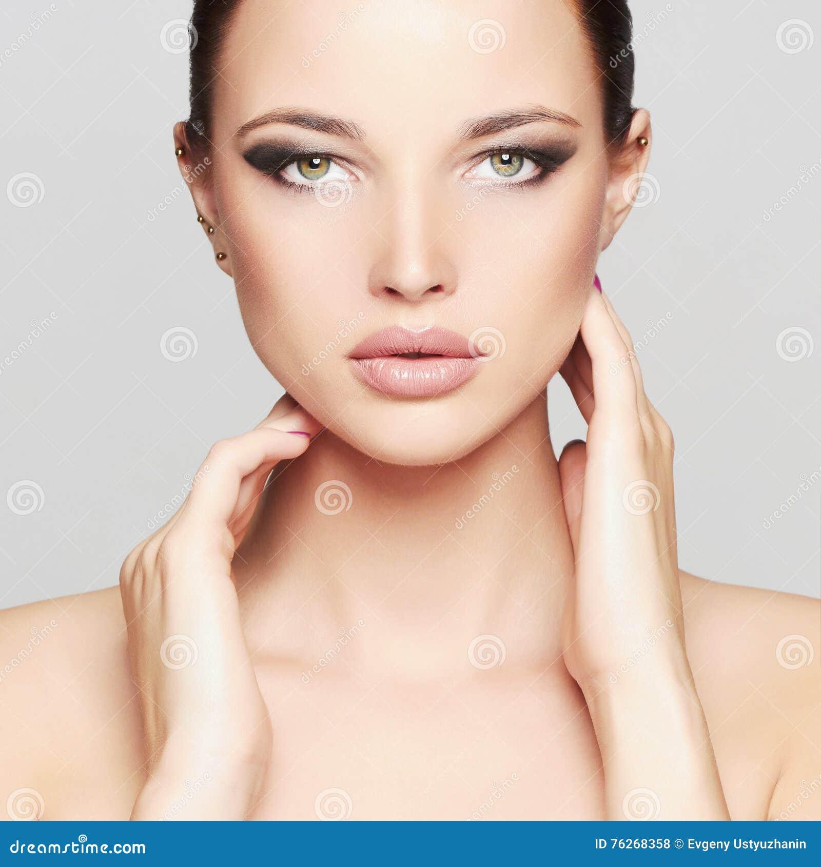 Het Portret van de manierschoonheid van Mooi Meisjesgezicht Professionele Make-up Zwarte Haar en Spijkers