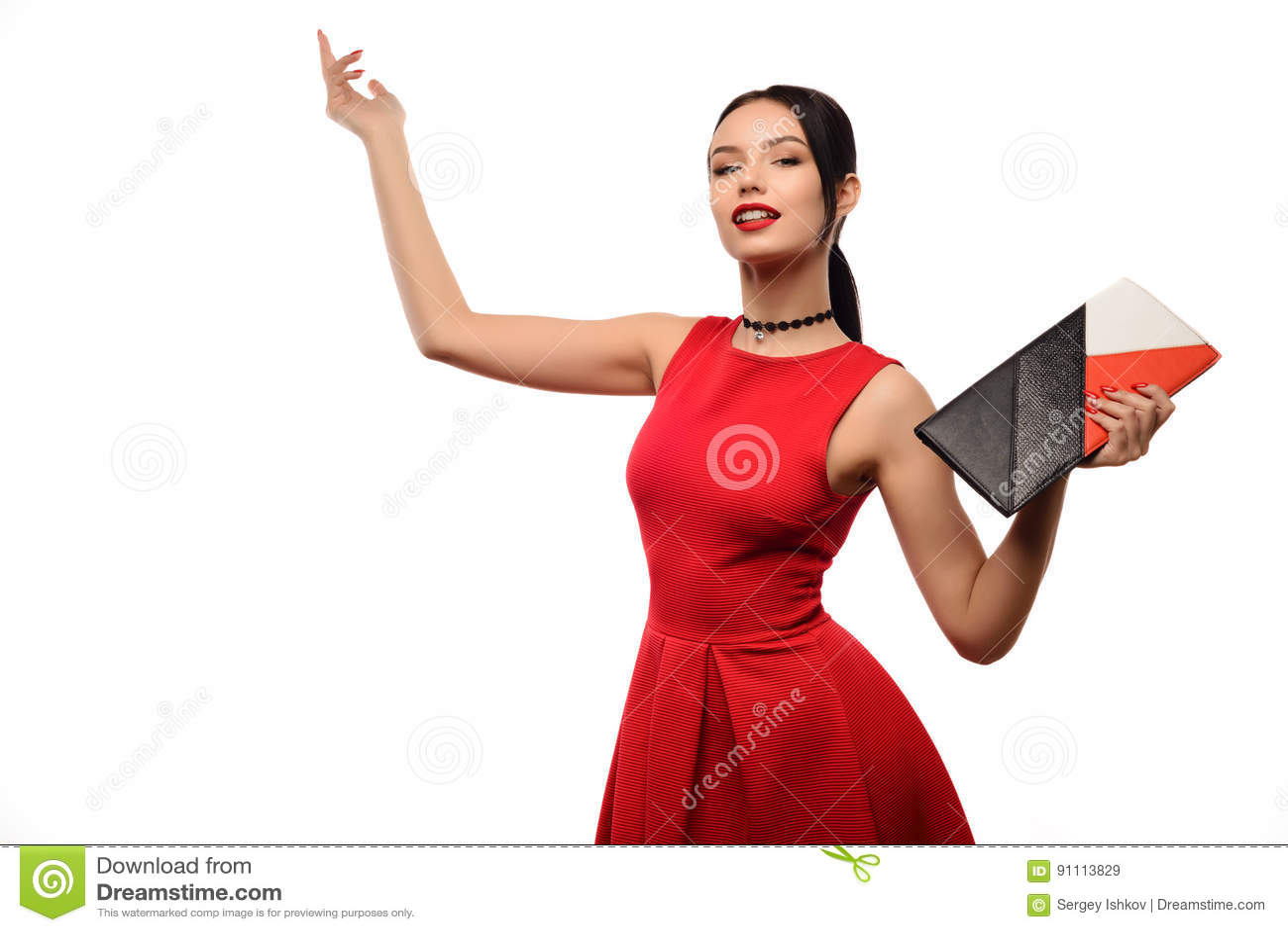 Het portret van de maniervrouw op wit wordt geïsoleerd dat De gelukkige zak van de meisjesgreep Rode Kleding Vrouwelijk mooi mode