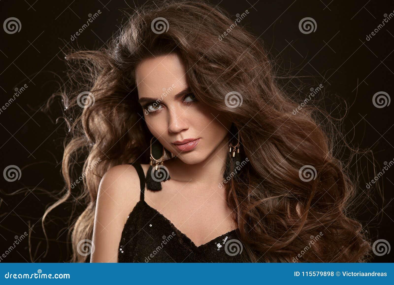 Het portret van de schoonheidsmanier van schitterende sexy donkerbruine vrouw met lon