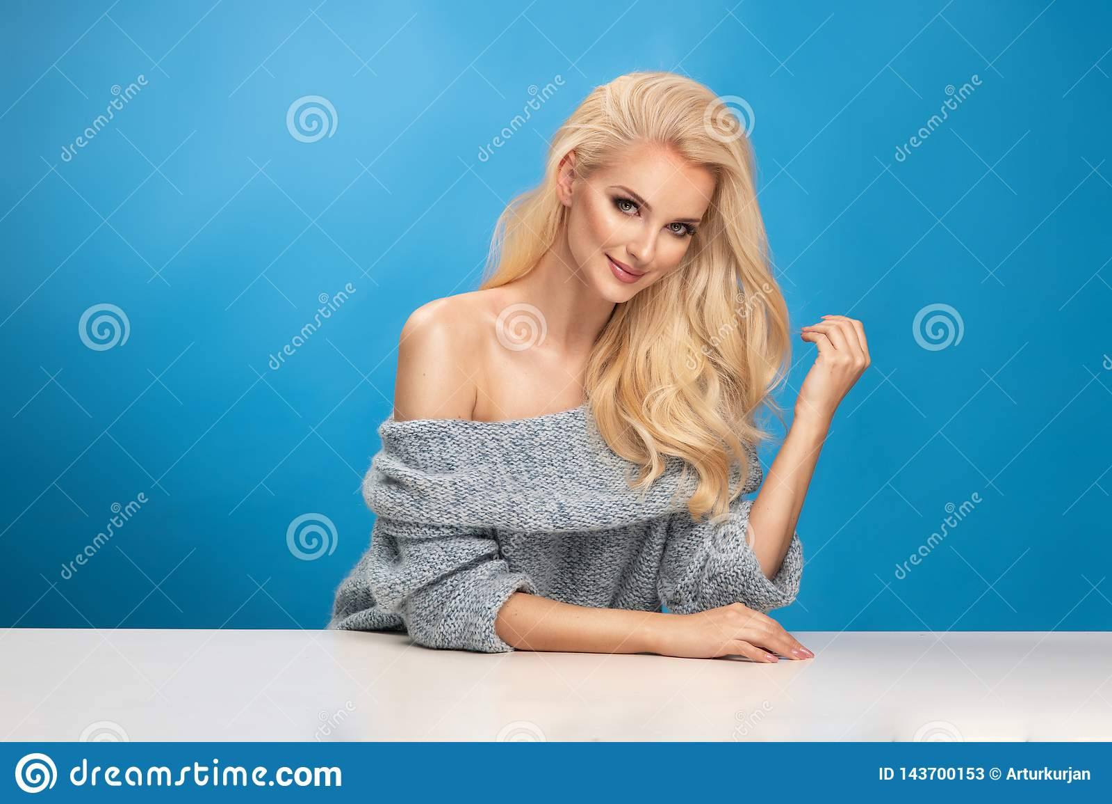 Het portret van de schoonheidsmanier van vrouw op blauwe achtergrond