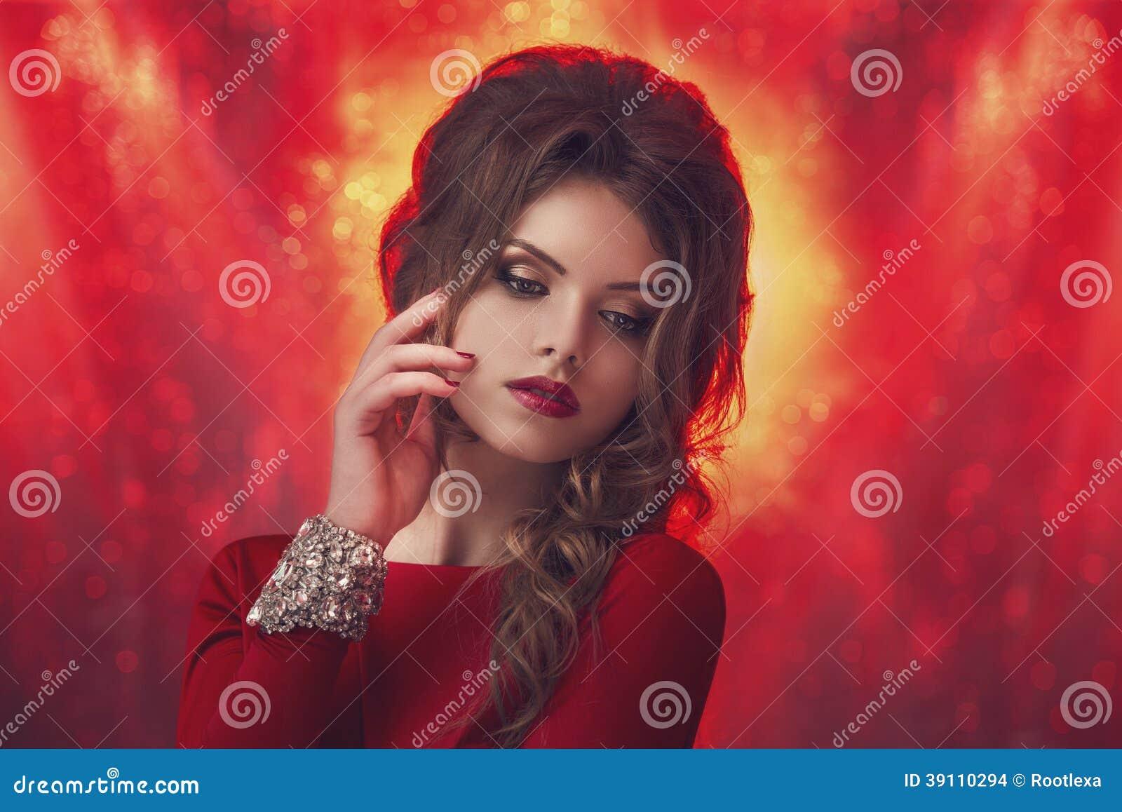 Het portret van de studiomanier van jonge vrouw