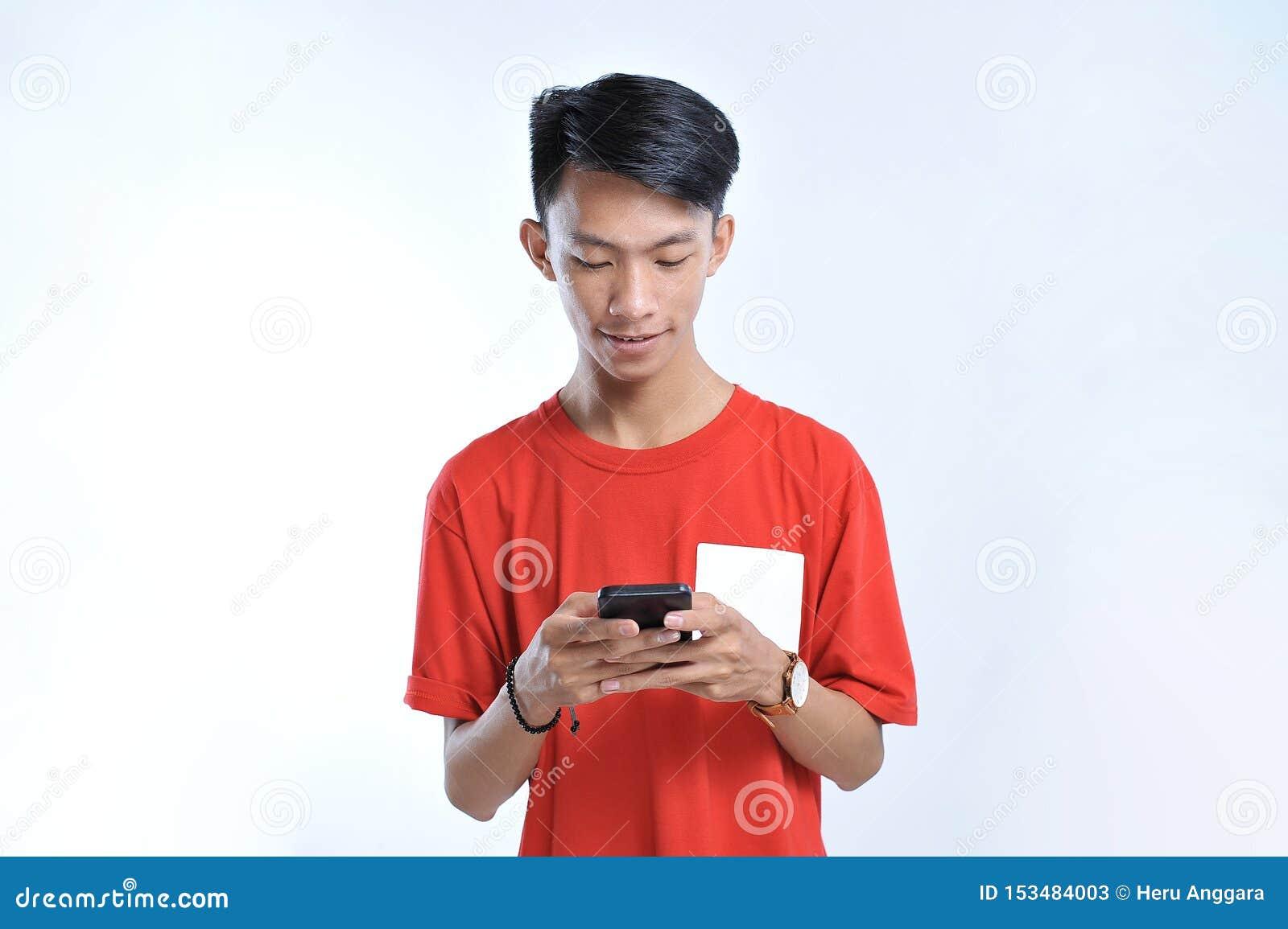 Het portret van een jonge studenten Aziatische mens die op mobiele telefoon spreken, spreekt gelukkige glimlach