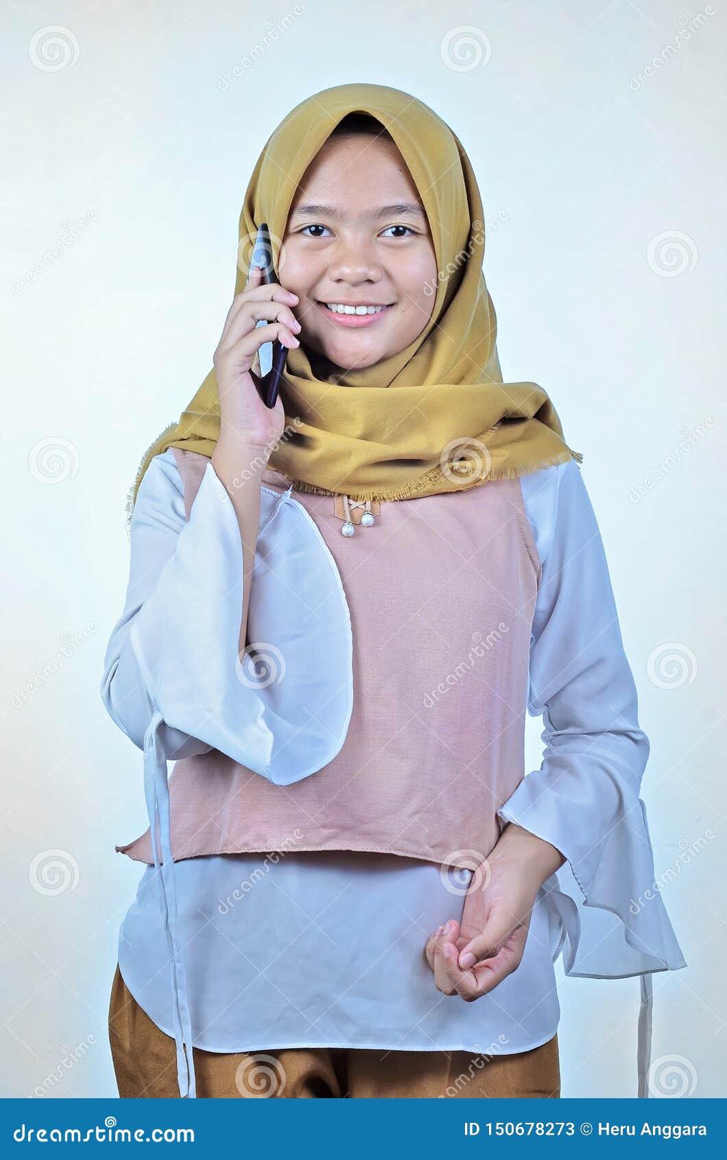 Het portret van een jonge studenten Aziatische vrouw die op mobiele telefoon spreken, spreekt gelukkige glimlach