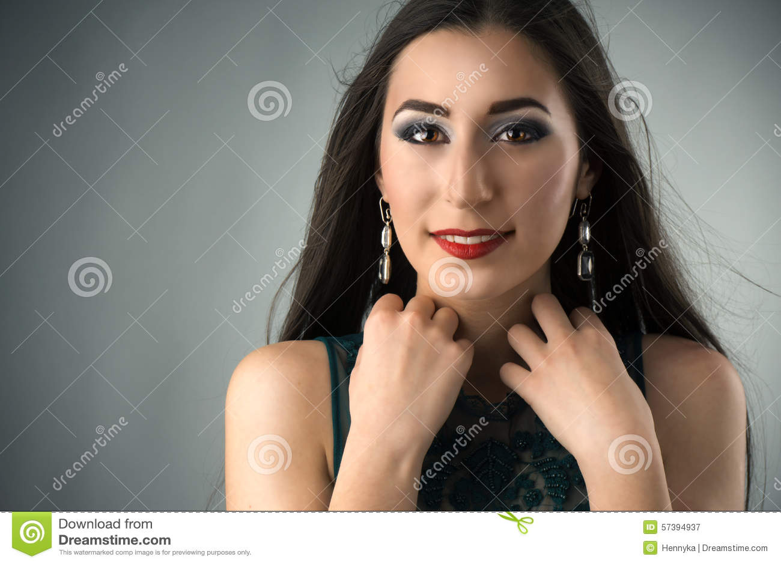 Het portret van een jonge vrouw met beroeps maakt omhoog