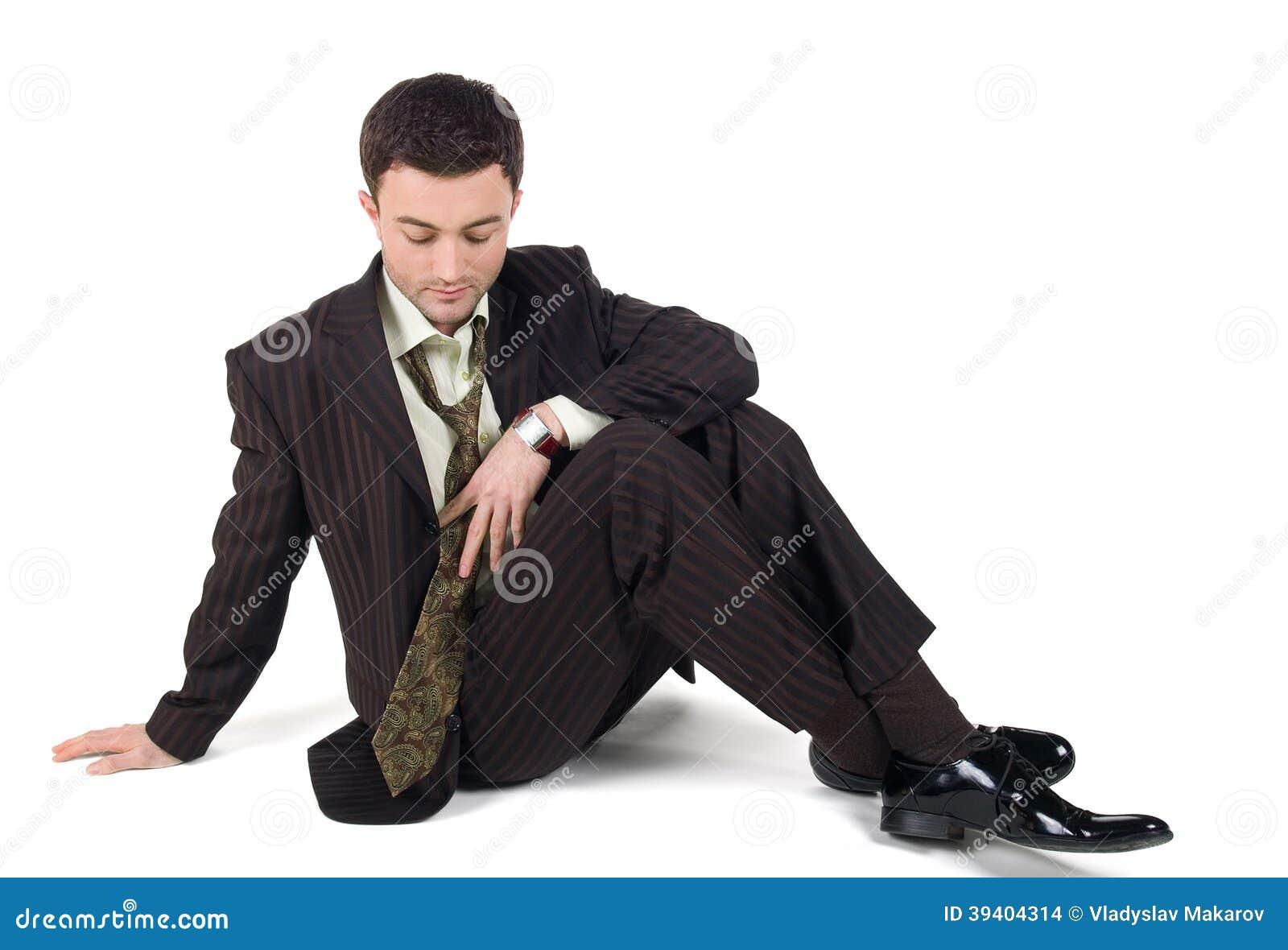 Het portret van een ontspannen rijpe zakenmanzitting met zijn ogen sloot en holding zijn hoofd in handen