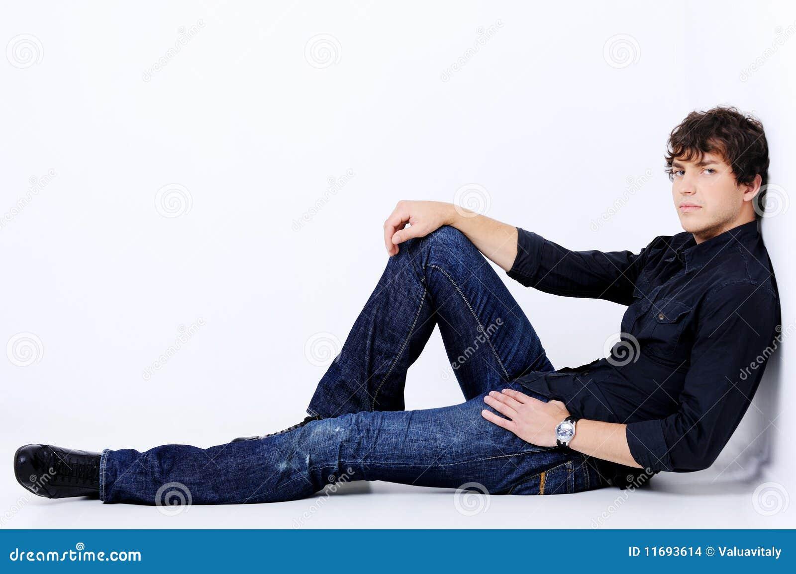 Het portret van gemiddelde lengte van een knappe sexy mens