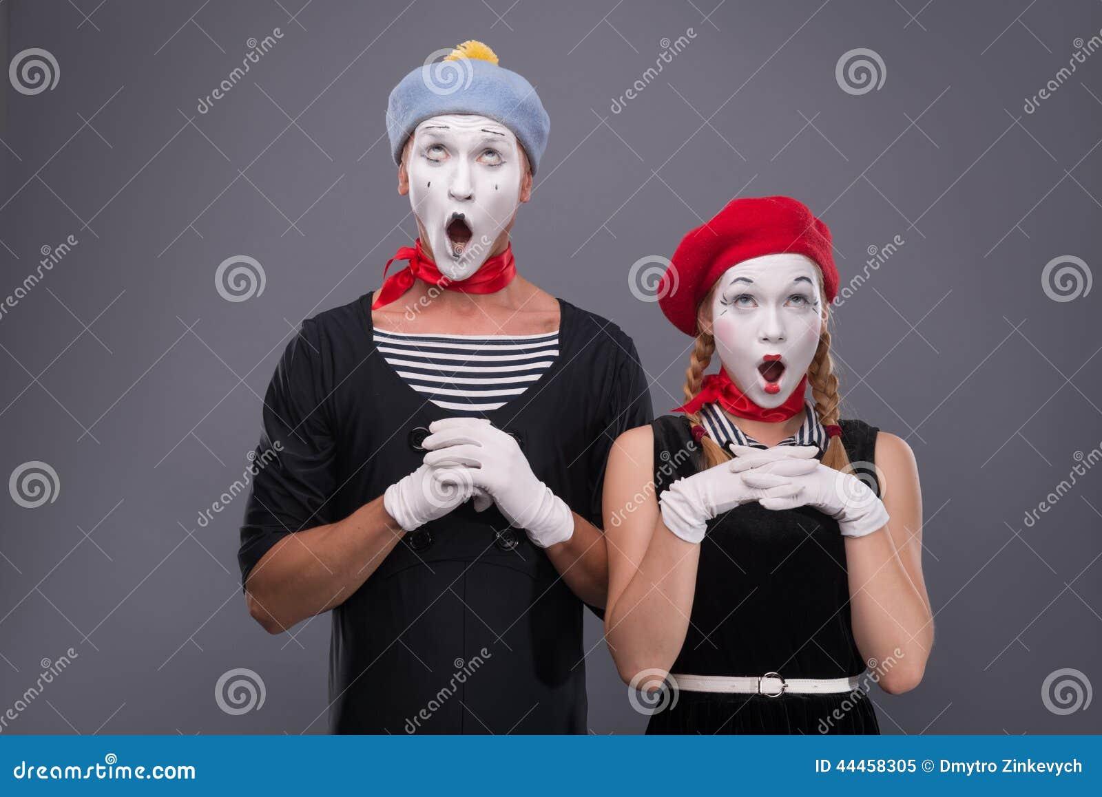 Het portret van grappig bootst paar met witte gezichten na en