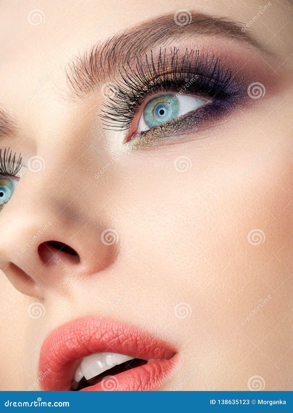 Het portret van mooie vrouw met manier maakt omhoog