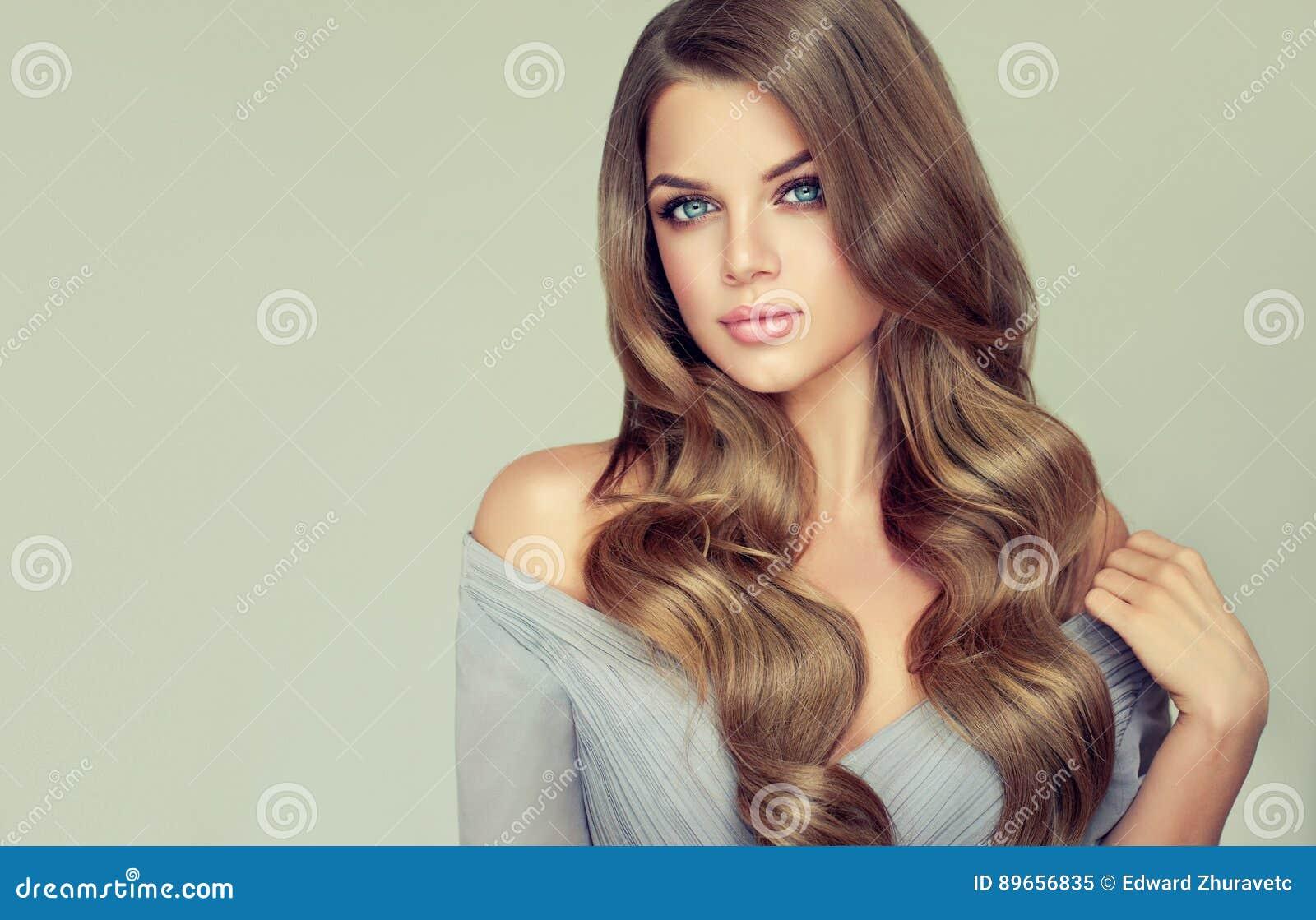 Het portret van schitterende jonge vrouw met elegant maakt omhooggaand en perfect kapsel