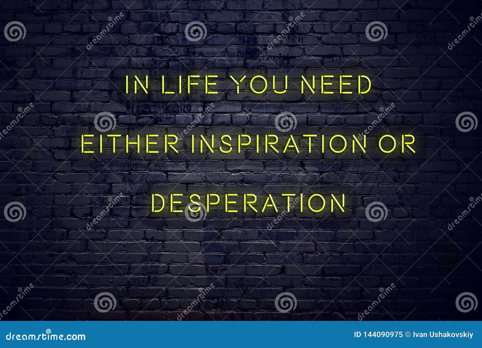 Het positieve inspirerende citaat op neonteken tegen bakstenen muur in het leven u vergt of inspiratie of wanhoop