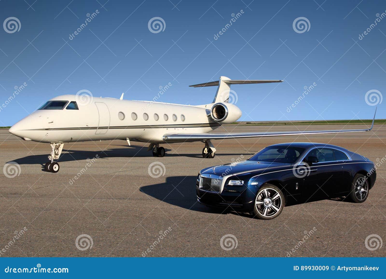Het privé uitvoerende die vliegtuig van Gulfstream G550 met de luxeauto van Broodjesroyce wraith samen bij Sheremetyevo internati