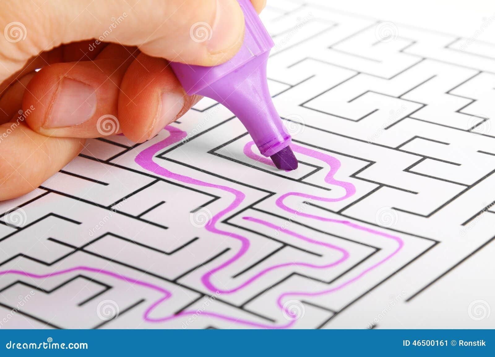 Het proberen om uitweg van labyrint te vinden