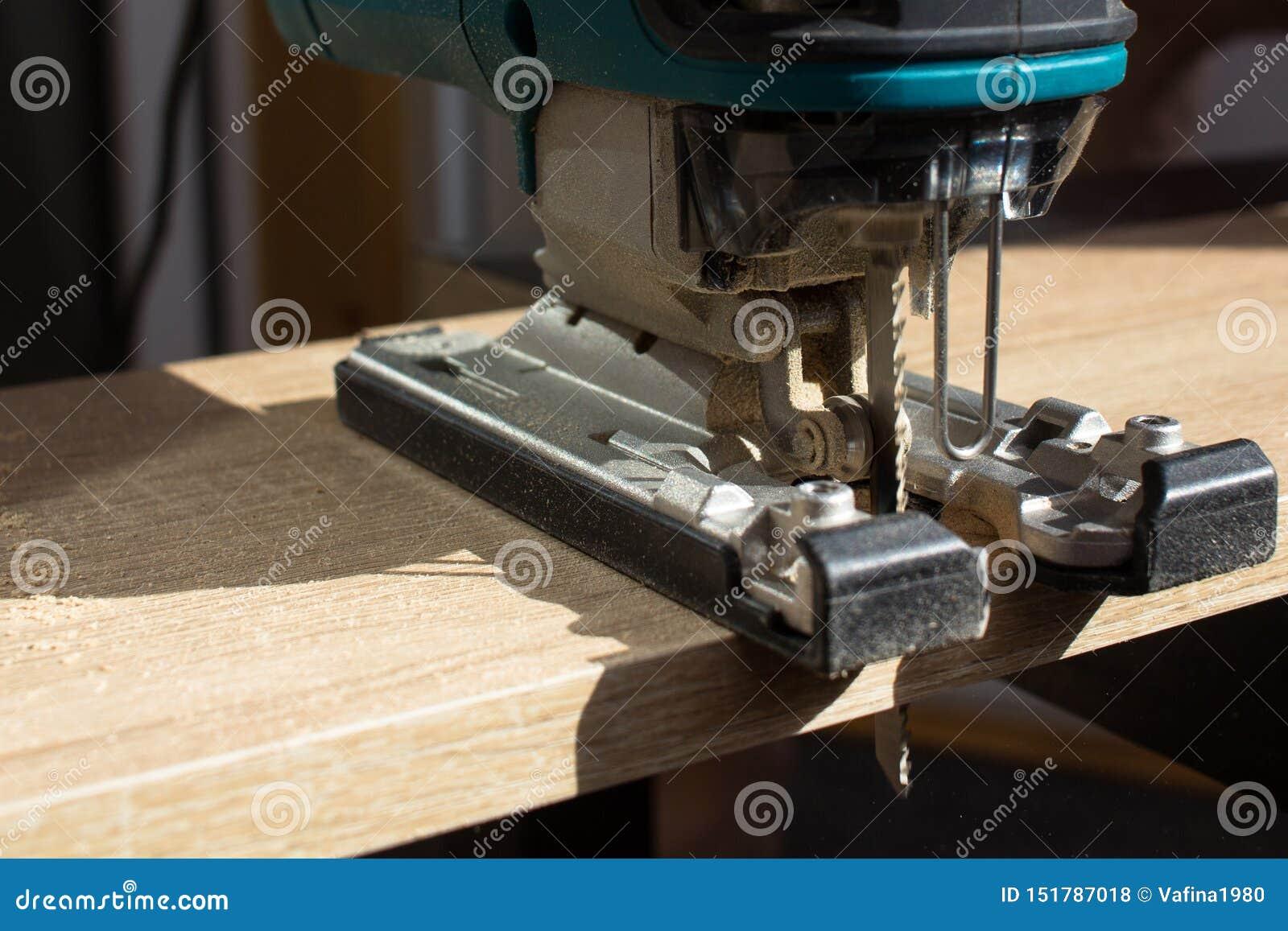 Het proces om een houten raad met een figuurzaag door manusje van alles te zagen