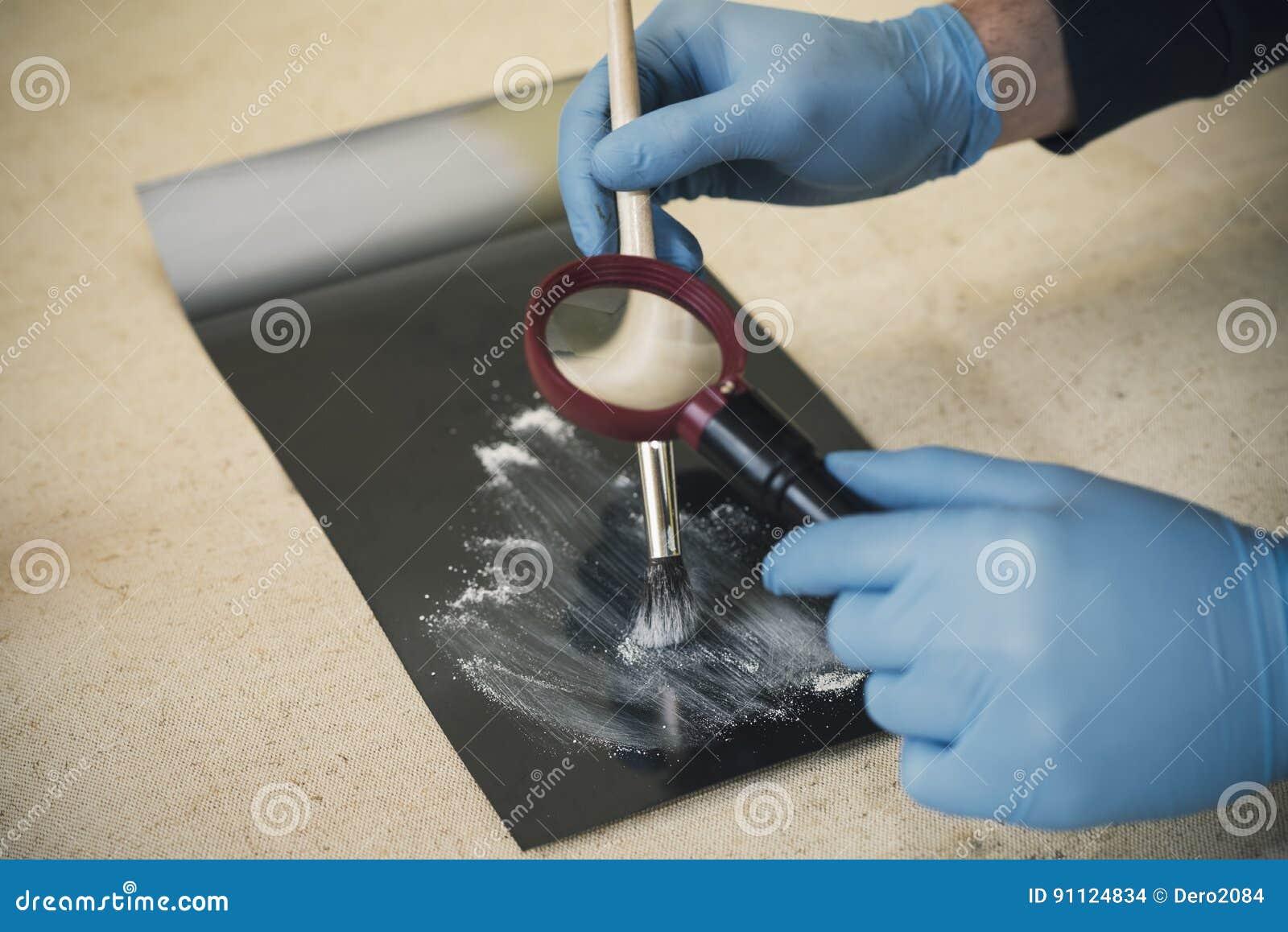 Het proces om sporen bij de scène van de misdaad te ontdekken