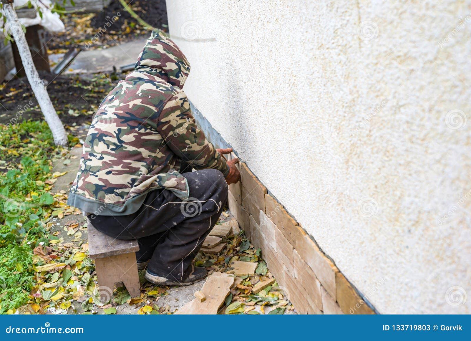 Het proces om zandsteen decoratieve tegels te installeren