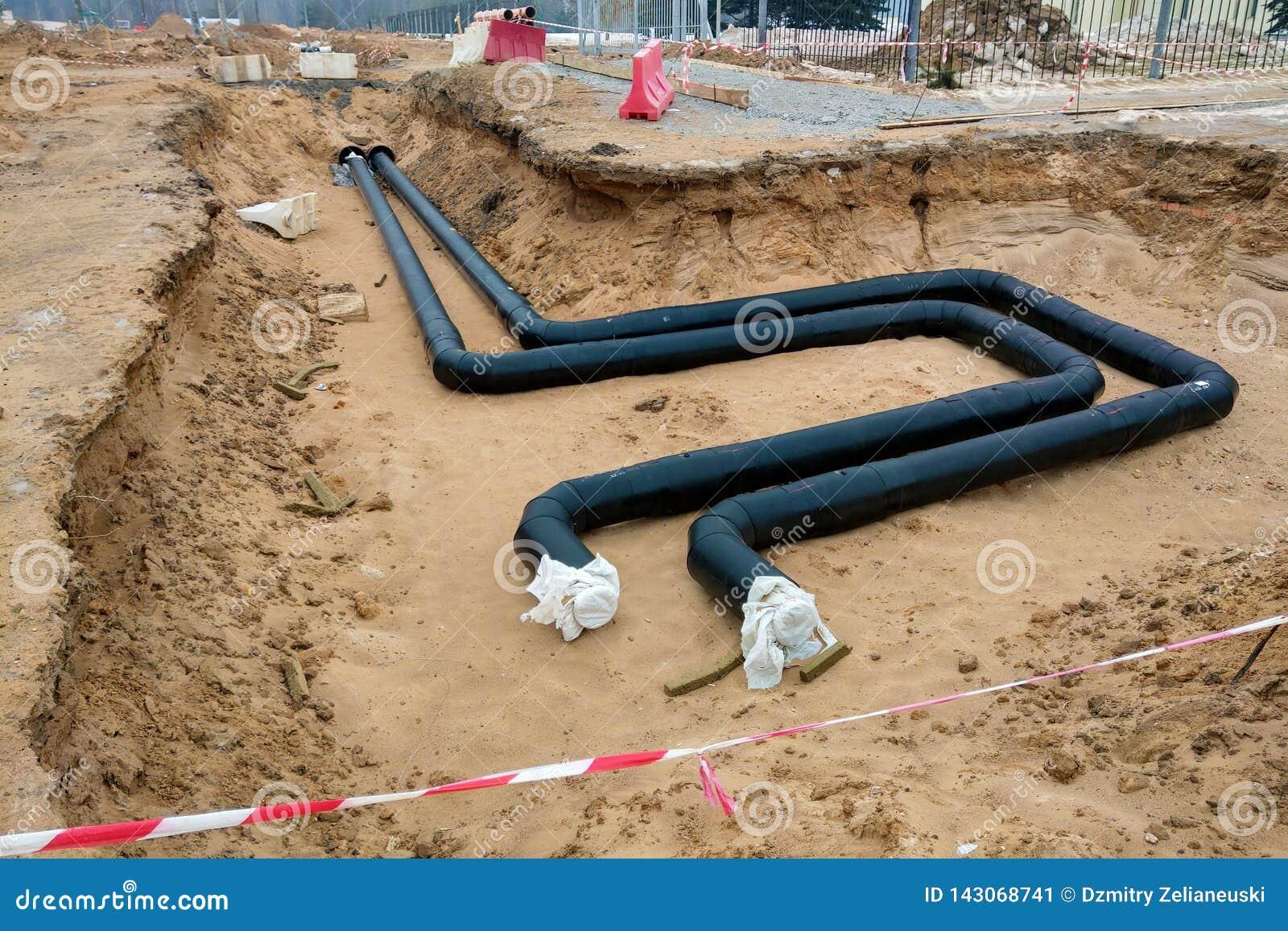 Het proces van installatie van het distributieeenheid het verwarmen netwerk Kader voor verbindingspijpen op een concrete steun in