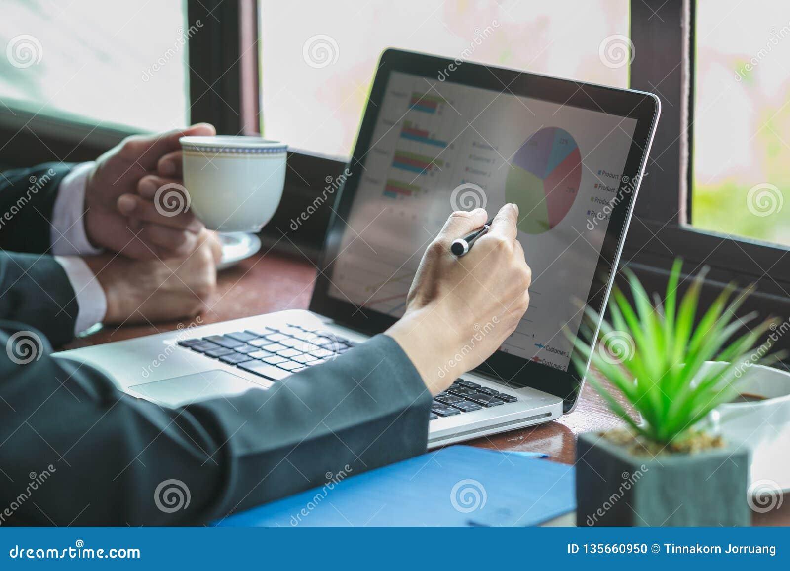 Het proces van het teamwerk yTeam werk proces, bedrijfsinformatieconcept, team van mensen die aan grafieken werken en gegevens, d