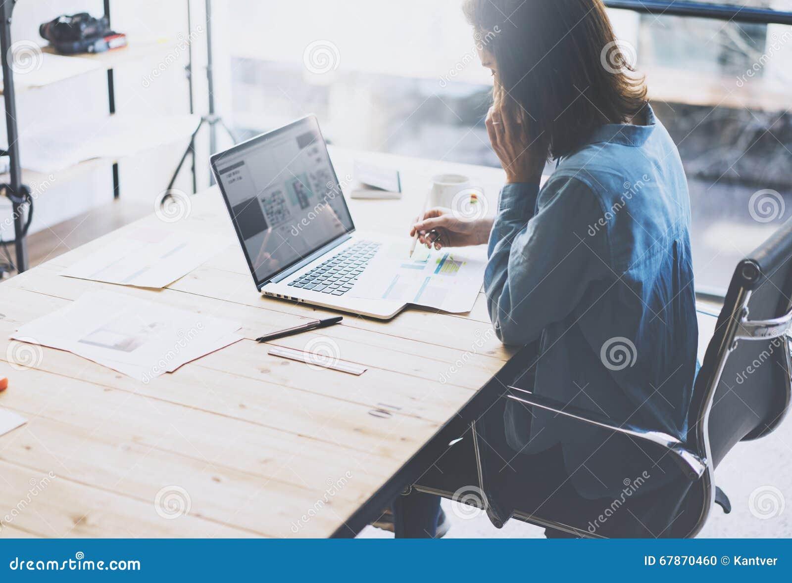 Het procesconcept van het studentenwerk Jonge vrouw die universitair project met generische ontwerplaptop werken De analyse plant