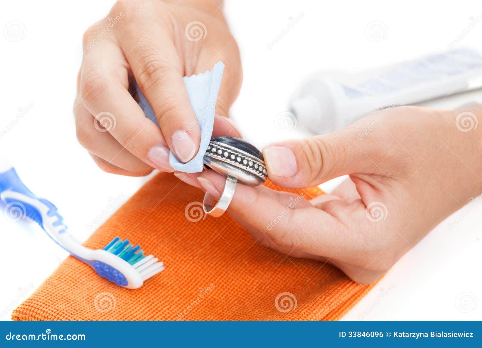 Het professionele juwelen schoonmaken