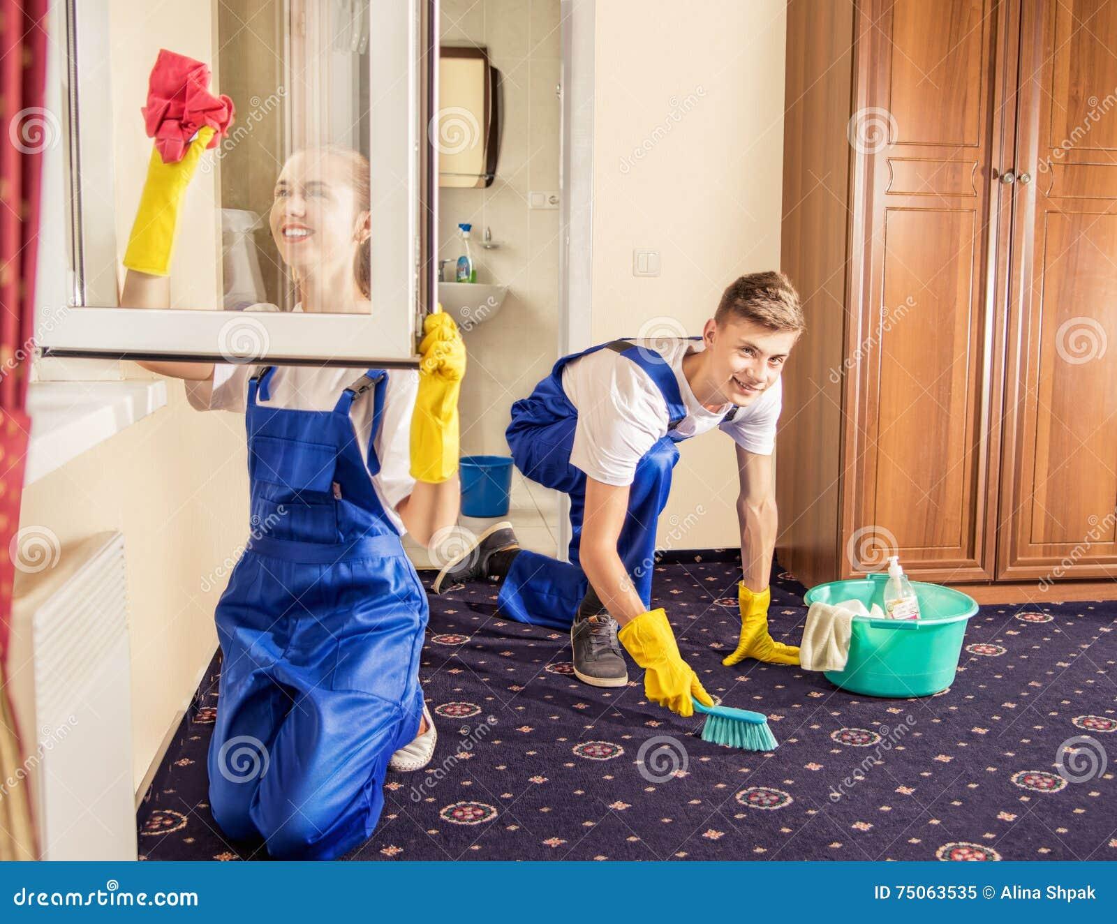 Het professionele schoonmaken servise tapijt en vensters in ruimte