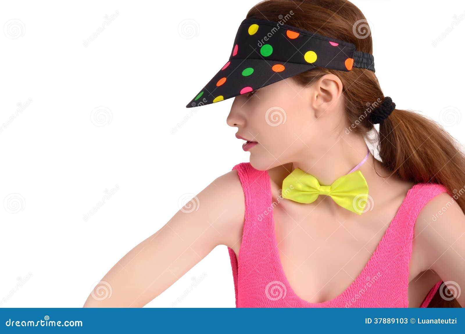 Het profiel van een jonge vrouw die een kleurrijke polka dragen stippelde hoed en een neon groene bowtie.