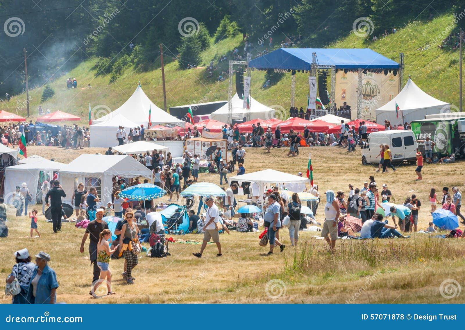 Het publiek in het tweede stadium van het festival Rozhen 2015 in Bulgarije