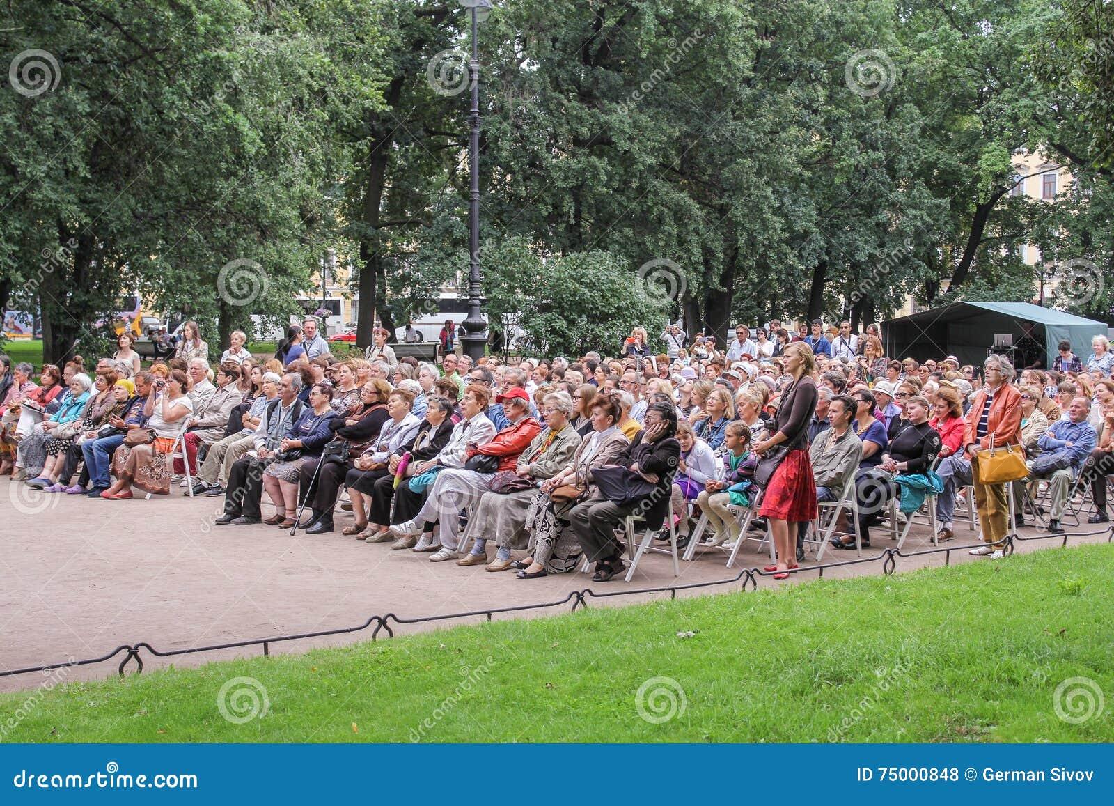 Het publiek luistert aan jazz