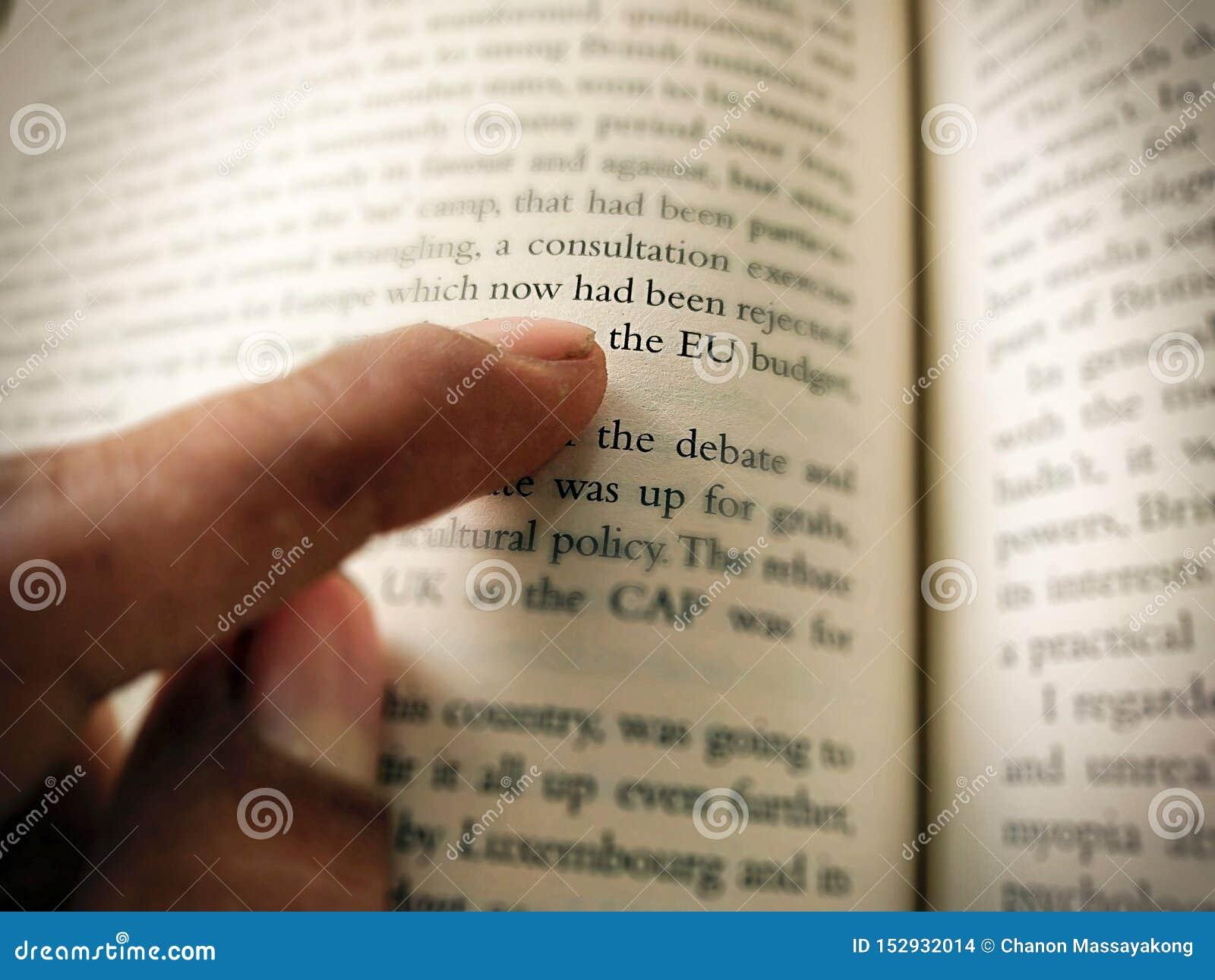 Het punt van de mensenvinger bij brief