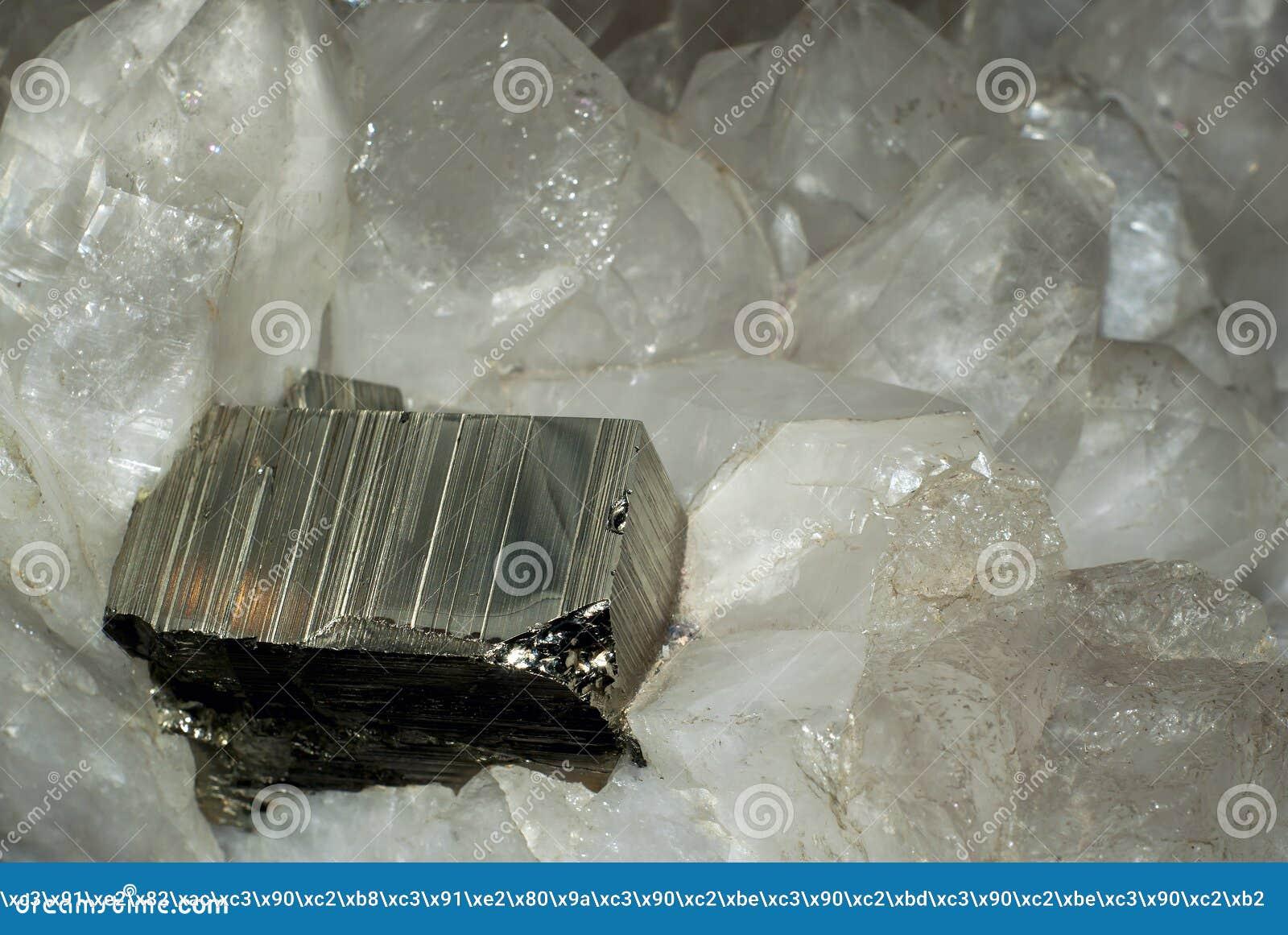 Het pyrietkristal in rotskristal drusen