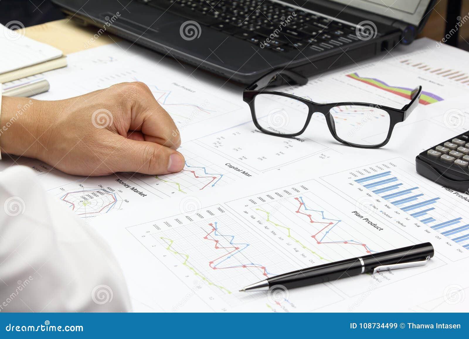 Het rapport van zakenmanSummary en financieel analyserend kapitaal marke