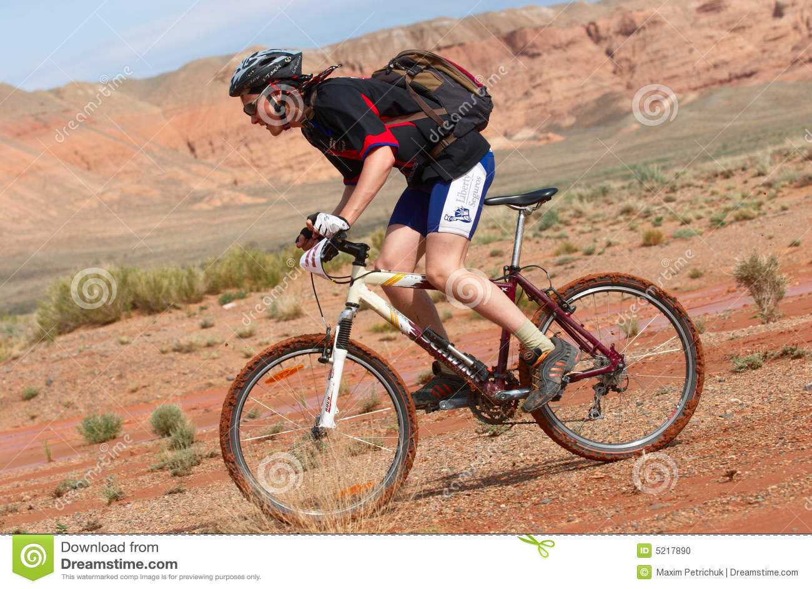 Het ras van de fiets in woestijnbergen