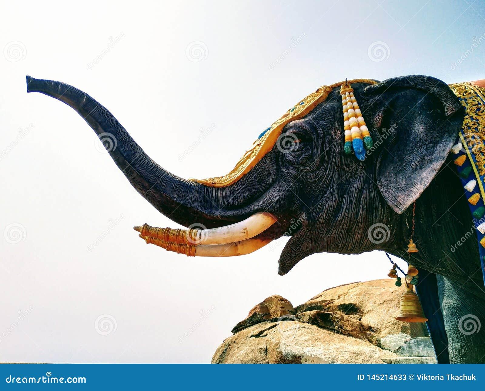 Het realistische standbeeld van olifant in Maharashtra, India