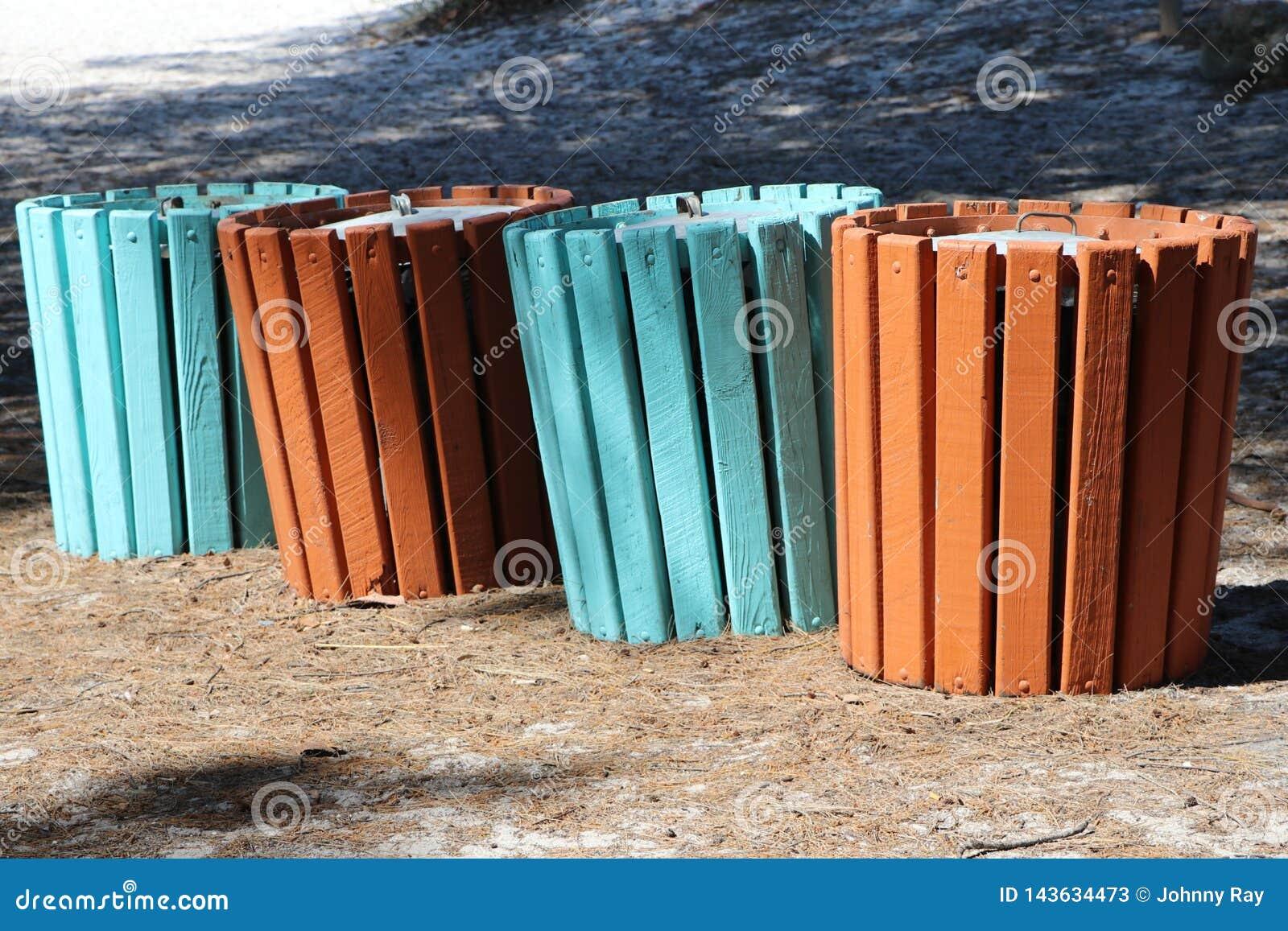 Het recycling kan geschilderde heldere kleuren eraan herinneren de mensen om het gebruiken van juist te recycleren kunnen