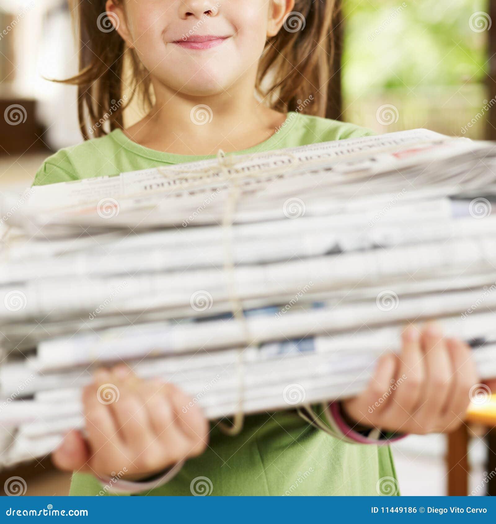 Het recyclingskranten van het meisje