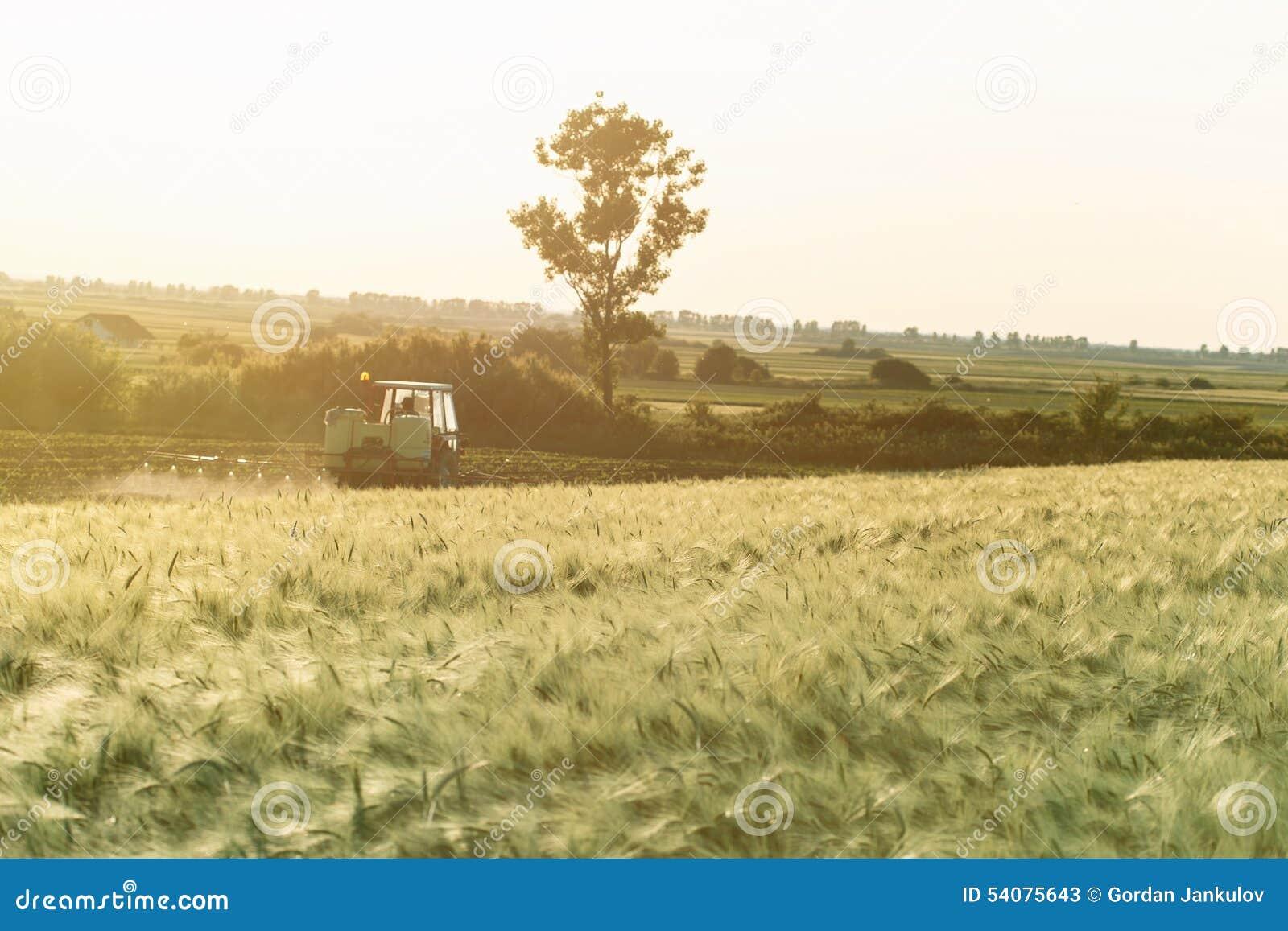 Het regelmatige onderhoud van de landbouwgrondbehoefte